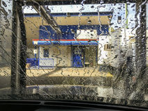Biltvättvattenrinnande vatten Arkivfoto