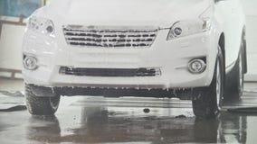Biltvagning - en SUV bil i såplöddret - bilservice stock video