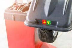 Bilunderhåll och tjänste- mitt Utrustning för för medelgummihjulreparation och utbyte Säsongsbetonad gummihjuländring arkivbild