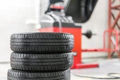 Bilunderhåll och tjänste- mitt Utrustning för för medelgummihjulreparation och utbyte Säsongsbetonad gummihjuländring royaltyfri foto