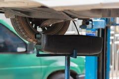 Bilunderhåll som servar mekanikern som häller det nya olje- smörjmedlet in i bilmotorn Royaltyfria Foton