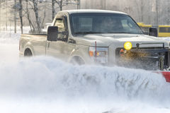 Biluppsamlingen gjorde ren från snö förbi en snöplog under vintertid Royaltyfri Foto