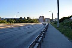 Bilväg i aftonen Fotografering för Bildbyråer