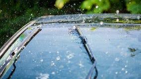 Bilvindruta med regndroppar och det frameless torkarebladet royaltyfria bilder