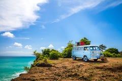Bilvolkswagen för härlig tappning retro skåpbil på den tropiska stranden Bali Royaltyfri Fotografi