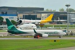 Biman Bangladesh Airlines Boeing 737-800 mit einem Taxi fahrend lizenzfreie stockfotografie