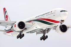 Biman Boeing 777-300 S2-AFO landning på den Sheremetyevo internationaen Arkivfoton