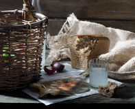 Bimber i przekąska na stole Zdjęcia Stock