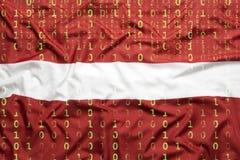 Binär Code mit Lettland-Flagge, Datenschutzkonzept Lizenzfreie Stockfotos