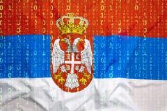 Binär Code mit Serbien-Flagge, Datenschutzkonzept Lizenzfreie Stockbilder