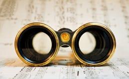 Binóculos antigos do teatro sobre a música clássica imagens de stock