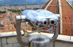 Binóculos do turista que olham para fora sobre Florença, Itália Fotos de Stock Royalty Free