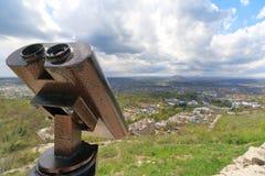 Binóculos estacionários da observação na inclinação de montanha Fotos de Stock Royalty Free