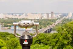 Binóculos estacionários da observação, paisagem da metrópole no Imagem de Stock