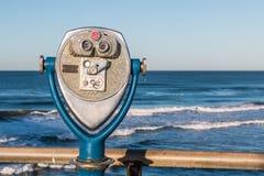 Binóculos a fichas em Pier With Ocean Background de pesca Imagem de Stock