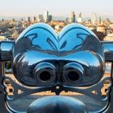 Binóculos a fichas Vista de Milão do telhado do domo Foto de Stock
