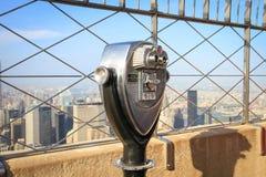 Binóculos na plataforma de observação do Empire State Building nos Manh Fotos de Stock