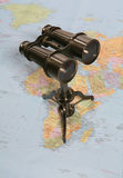 Binóculos no mapa Imagens de Stock Royalty Free