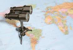 Binóculos no mapa foto de stock royalty free