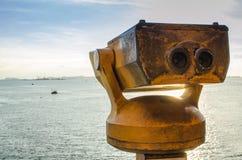 Binóculos no telhado ao mar Fotografia de Stock Royalty Free