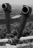 Binóculos preto e branco nas montanhas fotografia de stock royalty free