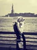 Binóculos que olham a estátua da liberdade em New York foto de stock royalty free