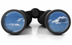 Binóculos que refletem o céu Fotos de Stock