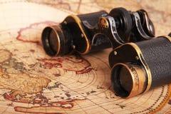 Binóculos velhos no mapa antigo fotos de stock royalty free