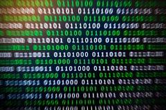 Binaire code groenachtig blauwe digitale kleur op zwarte achtergrond Stock Afbeelding
