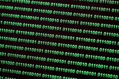 Binaire code groenachtig blauwe digitale kleur op zwarte achtergrond Stock Foto's