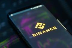Binance app móvel na corrida no smartphone imagens de stock
