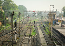 Binari alla stazione ferroviaria a Agra, India Immagini Stock Libere da Diritti