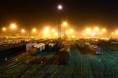 Binari ferroviari con la stazione ferroviaria Fotografia Stock