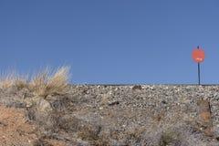 Binari ferroviari del New Mexico sulla cresta con il segno ed il cielo blu rossi fotografia stock libera da diritti