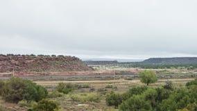 Binari ferroviari e montagne del paesaggio orientale del New Mexico fotografia stock libera da diritti