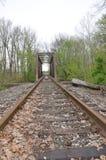 Binari ferroviari e ponte abbandonati Immagini Stock Libere da Diritti