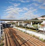Binari ferroviari e treni Immagini Stock