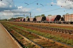 Binari ferroviari e treno di trasporto Immagini Stock Libere da Diritti