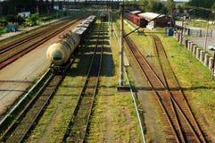 Binari ferroviari e treno di trasporto Fotografia Stock