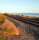 Binari ferroviari sulla costa centrale di California a Goleta/Santa Barbara al tramonto Fotografia Stock