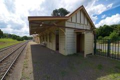 Binario che sembra ad ovest, stazione ferroviaria di Robertson, Nuovo Galles del Sud, Australia Immagini Stock Libere da Diritti
