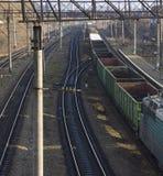 Binario del treno del carico al tramonto Immagine Stock