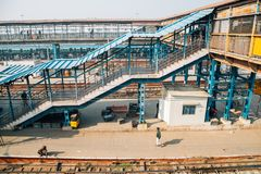 Binario della stazione ferroviaria di Nuova Delhi a Delhi, India immagini stock