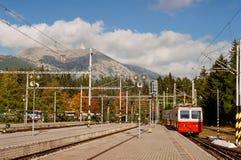 Binario della stazione ferroviaria di Strbske Pleso con l'alta montagna di Tatras Fotografia Stock Libera da Diritti