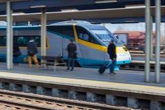 Binario di permesso del treno ad alta velocità sulla stazione ferroviaria Immagine Stock Libera da Diritti