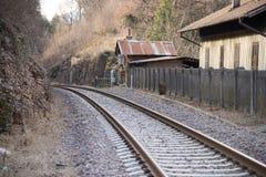 Binario ferroviario con la casa del bordo della strada un giorno di inverno Fotografie Stock Libere da Diritti