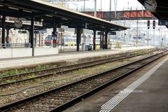 Binario vuoto ad una stazione ferroviaria Fotografie Stock Libere da Diritti