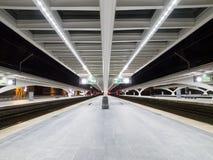 Binario vuoto alla notte nella stazione ferroviaria Fotografie Stock Libere da Diritti