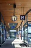 Binario vuoto nella stazione ferroviaria fotografia stock