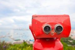 Binóculos vermelhos na plataforma de observação Fotos de Stock